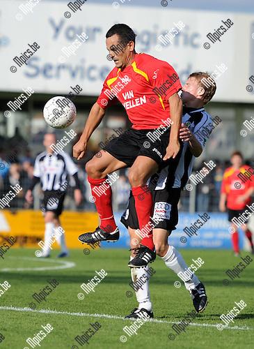 2010-10-10 / Seizoen 2010-2011 / Voetbal / Royal Kapellen Football Club - Eendracht Aalst / Rachid Allachi van Kapellen met Ken Van Damme van Aalst in de rug..Foto: mpics