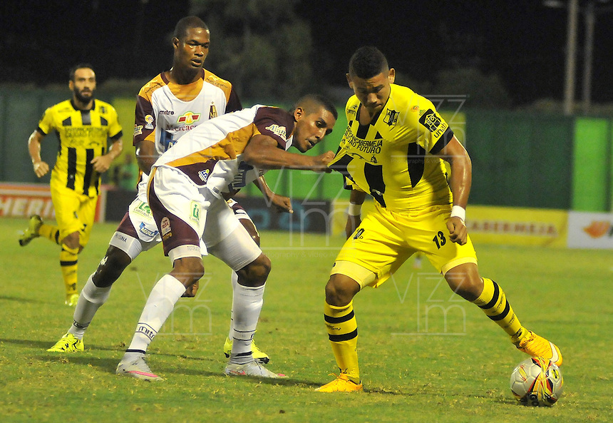 BARRANCABERMEJA -COLOMBIA, 07-11-2015:  Omar Manjarres (Der) jugador de Alianza Petrolera disputa el balón con Davinson Monsalve (Izq) de Deportes Tolima durante encuentro  por la fecha 19 de la Liga Aguila II 2015 disputado en el estadio Daniel Villa Zapata de la ciudad de Barrancabermeja./ Omar Manjarres (R) player of Alianza Petrolera fights for the ball with Davinson Monsalve (L) player of Deportes Tolima during match for the date 19 of the Aguila League II 2015 played at Daniel Villa Zapata stadium in Barrancabermeja city. Photo:VizzorImage / Jose David Martinez / Cont
