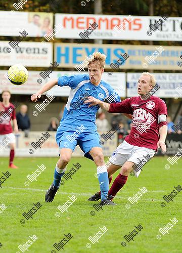 2015-11-08 / Voetbal / seizoen 2015-2016 / Zwaneven FC - Sint-Jozef / Arne Geysen (l. St-Jozef) met Thomas Janssens <br /><br />Foto: Mpics.be