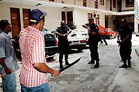Manifestantes do MST enfrentam policiais militares armados de metralhadora durante manifestação no prédio da Secretaria de Segurança em Belém Pará Brasil.<br />17/04/2000. <br />Foto Oswaldo Forte/Interfoto<br />Negativo Cor 135