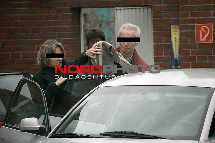 Kurz nach der Beerdigung wurde der Sohn der 39 j&scaron;hrigen Taxifahrerin aus QuakenbrŁck verhaftet. Dem Tatverd&scaron;chtigen wird vorgehalten, seine Mutter mit 20 Messerstichen tŲdlich verletzt zu haben.<br /> <br /> Foto:  Ein Polizeibeamter begleitet den 20 j&scaron;hrigen Alexander  in Handschellen und mit einer Decke ueber dem Kopf aus dem Polizeigebaeude von wo er zum Haftrichter gebracht wurde<br /> <br /> Foto: &copy; nordphoto <br /> <br /> <br /> <br /> <br /> Es wird noch vermutet das er der Sohn ist, BIlder auch ohne Balken erh&scaron;ltlich *** Local Caption *** Foto ist honorarpflichtig! zzgl. gesetzl. MwSt.<br /> <br />  Belegexemplar erforderlich<br /> <br /> Adresse: nordphoto<br /> <br /> Georg-Reinke-Strasse 1<br /> <br /> 49377 Vechta