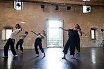 We Love the Future, un prélude<br /> <br /> Sasha Amaya chorégraphie<br /> Macha Gharibian composition musicale et interprétation sur acousmonium* Alcôme; Marion Jousseaume, Théo Le Bruman, Pierre Lison, Delphine Mothes, Emilia Saavedra danse<br /> Morgane De Lafforest, Helena Otero Correa, musique enregistrée<br /> Date : 30/08/2019<br /> Lieu Fondation Royaumont - Salle des charpentes<br /> Cadre : Prototype VI<br /> <br /> texte chorégraphe et interprètes avec une citation modifiée d'un discours de Greta Thunberg prononcé au Parlement britannique le 23 avril 2019<br /> « Qu'est-ce que c'est le silence, le vide, le futur, ce qu'il y a après l'horizon ? » se demande Sasha Amaya dont la fascination pour les mondes galactiques s'entend d'emblée avec les sons composés par Macha Gharibian. Dans ce projet, ces questions affleurent par la création d'un univers étrange, où sont lancés quelques mots (« le futur est » / « dans la forêt » / « solidarité » / « antigravité »…) qui se font écho tandis que les gestes se déploient précis, expressifs, exploratoires. Les corps semblent ici en position d'expérimentation, à l'écoute du sol ou d'un autre monde, d'un monde d'après. D'après quoi, on ne le saura pas : We love the future tisse un horizon d'attente où la musique se fait elle aussi exploratoire, se transforme en plainte ou en appel, tour à tour douloureuse et puissante. Les organismes cherchent une place, se trouvent confrontés à une force invisible qui les fait reculer mais face à laquelle ils se relèvent toujours, comme un ruban qu'on rembobinerait sans cesse et qui sans cesse repartirait…