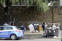 Roma, 13 Giugno 2015<br /> Vi Tiburtina.<br /> Centinaia di migranti hanno trovato rifugio nel centro di accoglienza Baobab di Via Cupa e nelle vie limitrofe.<br /> La polizia pattuglia Via Tiburtina e fa spostare dalla strada i migranti