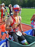 Sascha Lipper (Bruchköbel) genießt nach dem Lauf in der Eistonne ein Bier - Mörfelden-Walldorf 21.07.2019: 11. MoeWathlon