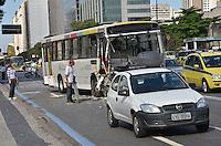 ATENCAO EDITOR: FOTO EMBARGADA PARA VEICULOS INTERNACIONAIS-RIO DE JANEIRO, RJ, 08 OUTUBRO 2012-ACIDENTE ENTRE DOIS ONIBUS- Um acidente entre dois onibus deixa feridos na altura da Central do Brasil e complica o transito na Avenida Presidente Vargas no centro do Rio de Janeiro.(FOTO:MARCELO FONSECA/ BRAZIL PHOTO PRESS).
