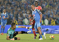 BOGOTÁ -COLOMBIA, 29-03-2014. Wesley Lopes (Der.) jugador de Millonarios disputa el balón con Alejandro Otero (Izq.) arquero de Patriotas FC durante partido por la fecha 13 de la Liga Postobón  I 2014 jugado en el estadio Nemesio Camacho el Campín de la ciudad de Bogotá./ Wesley Lopes (R) player of Millonarios fights for the ball with Alejandro Otero (L) goalkeeper of Patriotas FC during match for the 13th date of the Postobon  League I 2014 played at Nemesio Camacho El Campin stadium in Bogotá city. Photo: VizzorImage/ Gabriel Aponte / Staff