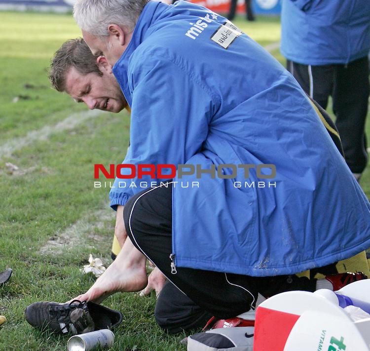 RLN  2006/2007 - 17. Spieltag - <br /> Kickers Emden vs Dynamo Dresden (gelb )<br /> <br /> Aus fuer Pavel David nach einem Foul in der ersten Halbzeit<br /> <br /> Foto &copy; nordphoto <br /> <br /> <br /> <br />  *** Local Caption ***