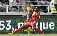 CALI - COLOMBIA, 02-10-2019: Jefferson Murillo del América disputa el balón con Harold Rivera del Huila durante partido por la fecha 14 de la Liga Águila II 2019 entre América de Cali y Atlético Huila jugado en el estadio Pascual Guerrero de la ciudad de Cali. / Jefferson Murillo of America struggles the ball with Harold Rivera of Huila during match for the date 14 as part of Aguila League II 2019 between America de Cali and Atletico Huila played at Pascual Guerrero stadium in Cali. Photo: VizzorImage / Gabriel Aponte / Staff