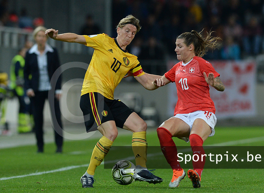 20181009 – BIEL BIENNE , SWITZERLAND : Belgian Aline Zeler (left) pictured in a duel with Ramona Bachmann during the female soccer game between Switzerland and the Belgian Red Flames , the second leg in the semi finals play offs for qualification for the World Championship in France 2019 ; the first leg ended in equality 2-2 ;  Tuesday 9 th october 2018 at The Tissot Arena  in BIEL BIENNE , Switzerland . PHOTO SPORTPIX.BE | DAVID CATRY