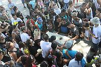 RIO DE JANEIRO, RJ, 17.02.2017 - CRIME-RJ - Sepultamento de Fernanda Adriana Caparica Pinheiro de 7 anos no cemitério de Irajá região norte do Rio de Janeiro nesta sexta-feira, 17. A menina morreu após ser atingida por uma bala perdida no conjunto de favelas da Maré, na zona norte do Rio, por volta das 20h desta quarta-feira (15). (Foto: Celso Barbosa/Brazil Photo Press)