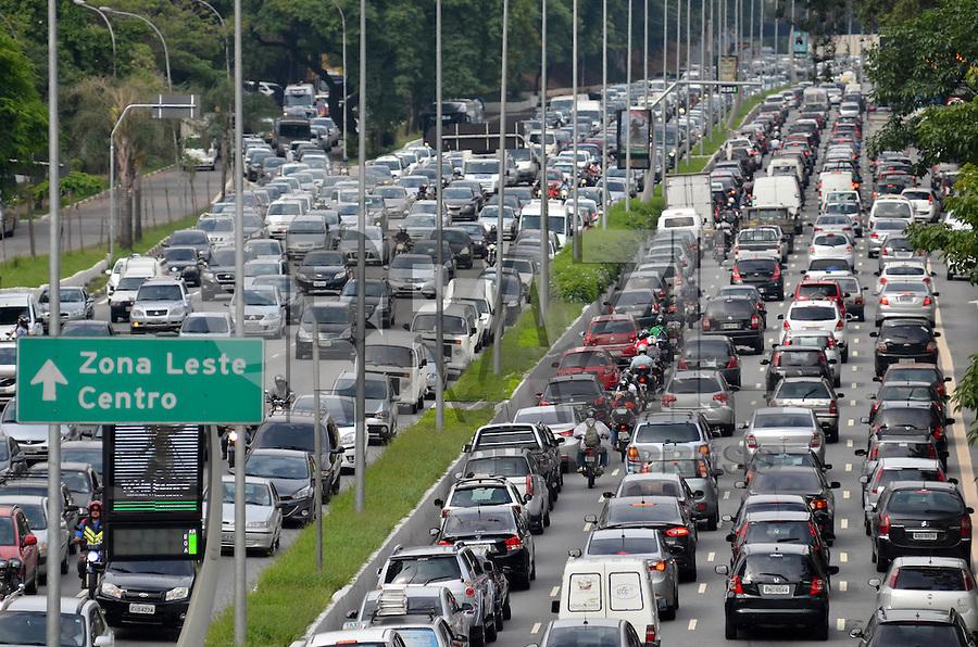 SÃO PAULO, SP, 13.11.2015 – TRÂNSITO-SP: Trânsito na Av. 23 de Maio, próximo ao Parque do Ibirapuera, zona sul de São Paulo na tarde desta sexta feira. (Foto: Levi Bianco/Brazil Photo Press)
