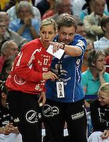 """1. Bundesliga Handball Damen - Frauen Handball BL DHB - Arena Leipzig - HC Leipzig : TSV Bayer 04 Leverkusen """"Handballelfen"""" - im Bild: HCL Torfrau Katja Schuelke bekommt eine Ansage von Coach / Trainer Heine Jensen . Foto: Norman Rembarz..Norman Rembarz , Autorennummer 41043728 , Augustenstrt. 2, 04317 Leipzig, Tel.: 01794887569, Hypovereinsbank: BLZ: 86020086, KN: 357889472, St.Nr.: 231/261/06432 - Jegliche kommerzielle Nutzung ist honorar- und mehrwertsteuerpflichtig! Persönlichkeitsrechte sind zu wahren. Es wird keine Haftung übernommen bei Verletzung von Rechten Dritter. Autoren-Nennung gem. §13 UrhGes. wird verlangt. Weitergabe an Dritte nur nach  vorheriger Absprache.."""