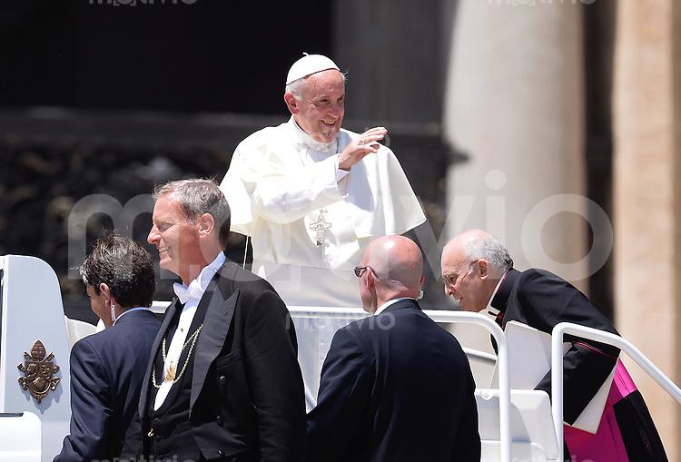 Rom, Vatikan 12.06.2013 Papst Franziskus I. bei der woechentlichen Generalaudienz im Papamobil mit Leibwaechtern auf dem Petersplatz