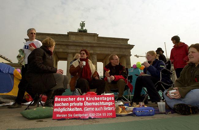 Schlafplatzaktion zum oekumenischen Kirchentag 2003 in Berlin<br /> Fuer den oekumenischen Kirchentag 2003, der vom 28. Mai bis 1. Juni in Berlin stattfinden wird, werden dringend Privatunterkuenfte gesucht. Von 20.000 benoetigten Betten sind drei Monate vor Beginn der Veranstaltung erst 2.300 Betten  bereitgestellt worden.<br /> Mitglieder verschiedener Kirchengemeinden und Pfadfindergruppen schlugen am 1. Maerz 2003 symbolisch ihre Zelte vor dem Brandenburger Tor auf, um die Bevoelkerung zu animieren Schlafplaetze zur Verfuegung zu stellen.<br /> 1.3.2003, Berlin<br /> Copyright: Christian-Ditsch.de<br /> [Inhaltsveraendernde Manipulation des Fotos nur nach ausdruecklicher Genehmigung des Fotografen. Vereinbarungen ueber Abtretung von Persoenlichkeitsrechten/Model Release der abgebildeten Person/Personen liegen nicht vor. NO MODEL RELEASE! Nur fuer Redaktionelle Zwecke. Don't publish without copyright Christian-Ditsch.de, Veroeffentlichung nur mit Fotografennennung, sowie gegen Honorar, MwSt. und Beleg. Konto: I N G - D i B a, IBAN DE58500105175400192269, BIC INGDDEFFXXX, Kontakt: post@christian-ditsch.de<br /> Bei der Bearbeitung der Dateiinformationen darf die Urheberkennzeichnung in den EXIF- und  IPTC-Daten nicht entfernt werden, diese sind in digitalen Medien nach &sect;95c UrhG rechtlich geschuetzt. Der Urhebervermerk wird gemaess &sect;13 UrhG verlangt.]