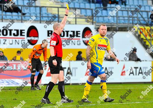 2012-12-02 / voetbal / seizoen 2012-2013 / Westerlo St-Truiden / Birger Maertens (r) (Westerlo) krijgt geel van scheidsrechter Ottevaere tl)