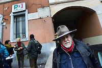 Roma, 12 Gennaio 2017<br /> L'artista tedesco Gunter Denming installa le pietre d'inciampo in Via Tor Pignattara davanti la casa del partigiano Valerio Fiorentini , arrestato dalla Gestapo nazista il 14 marzo, detenuti a Via Tasso e assassinati alle Fosse Ardeatine. <br /> <br /> Rome, January 12, 2017<br /> The German artist Gunter Denming installs the stumbling blocks in Via Acqua Bullicante in Torpignattara in front of the house of partisan Valerio Fiorentini, arrested by the Nazi Gestapo on March 14 , held in Via Tasso and killed at the Fosse Ardeatine.