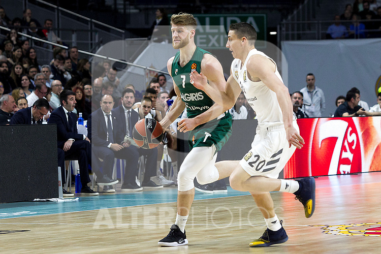 Zalgiris' Thomas Walkup and Real Madrid's Jaycee Carroll during Euroligue match between Real Madrid and Zalgiris Kaunas at Wizink Center in Madrid, Spain. April 4, 2019.  (ALTERPHOTOS/Alconada)