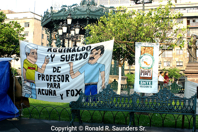 BANNER IN MEXICO PROTESTS THE SALARIES AND BONUSES OF POLITICAL FIGURES