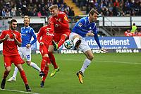 Patrick Banggaard (SV Darmstadt 98) gegen Marvin Duksch (Holstein Kiel) - 28.10.2017: SV Darmstadt 98 vs. Holstein Kiel, Stadion am Boellenfalltor, 2. Bundesliga