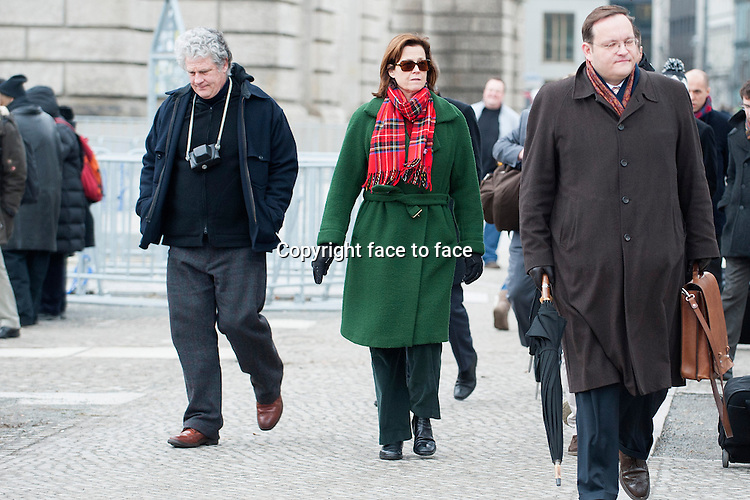EXCLUSIVE - Sigourney Weaver with her Husband Jim Simpson taking a stroll through Berlin, visiting the Reichstag and shopping in a Bilgari shop. Berlin, 01.02.2013. ..Credit: SEKA/face to face..- No german newspapers -
