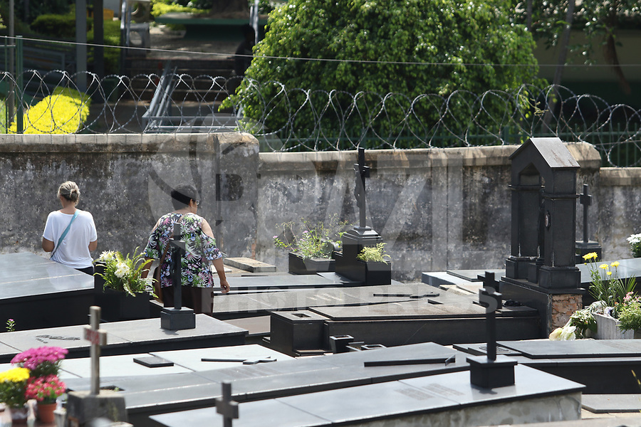 BELO HORIZONTE, MG, 02.11.2018 - FINADOS-MG - Dia de finados no cemitério do Bonfim, na região noroeste da cidade de Belo Horizonte, nesta sexta-feira, 02. (Foto: Doug Patricio/Brazil Photo Press)