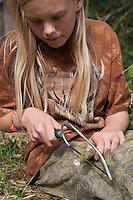 Holunderkette, Holunder-Kette, Mädchen, Kind bastelt eine Kette aus Holunder, Holunderzweig, Holunderzweig wird in kleine Stückchen gesägt, Indianerkette, Bastelei, Naturbastelei, Schmuck aus Naturmaterialien, Naturschmuck, Holundermark