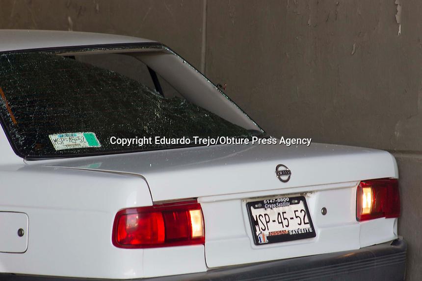 San Juan del R&iacute;o, Qro. 30 enero 2017.- Un grupo de sujetos armados intentaron asaltar un trailer de doble remolque cargado con mezclilla proveniente de la empresa Kaltex, ubicada en este municipio.<br /> <br /> Los elementos de seguridad privada que custodiaban la carga, repelieron a balazos a los delincuentes.<br /> <br /> El trailer fue abandonado frente al pante&oacute;n municipal n&uacute;mero 3, y los delincuentes huyeron en otro transporte pesado que fue abandonado cerca de la caseta de Palmillas.