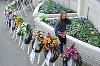 ALGEMEEN: JOURE: 04-05-2015, Dodenherdenking, Jong meisje heeft bloemen gelegd tijdens de kranslegging in Park Heremastate, ©foto Martin de Jong