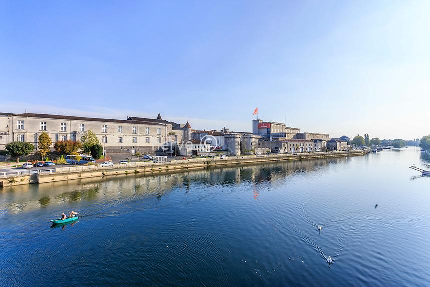 France, Charente (16), Cognac, la Charente, la porte Saint-Jacques, le château de Cognac et les quais // France, Charente, Cognac, the Saint Jacques Door, Cognac Castle and docks