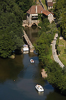 Europe/France/Midi-Pyrénées/46/Lot/Saint-Cirq-Lapopie: la vallée du Lot et l'écluse - Les Plus Beaux Villages de France