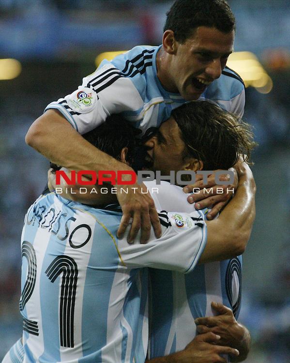 FIFA WM 2006 - Eroeffnungsspiel Gruppe C  Vorrunde ( Group C )<br />  #5 (10-Jun) - Argentina vs Cote d' Ivoire<br /> <br /> Nicolas Burdisso (links) und Maxi Rodriguez (Mitte) von Argentinien bejubeln das Tor zum 1:0 gemeinsam mit Hernan Crespo (rechts).<br /> <br /> Foto &copy; nordphoto
