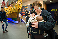 A mother breastfeeding her babyin a sling in a museum.<br /> <br /> London, England, UK<br /> 08/03/2015<br /> <br /> &copy; Paul Carter / wdiip.co.uk