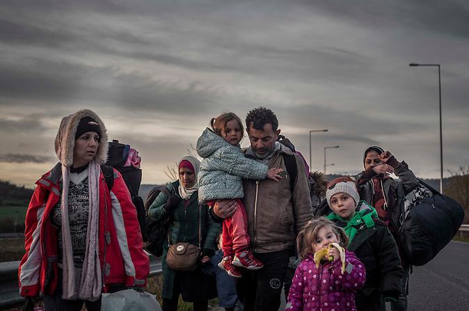 Taisir hat in Dresden studiert und gearbeitet. Jetzt will er wieder nach Deutschland zurückkehren, um seine Familie in Sicherheit zu bringen. Tausende Flüchtlinge warten an der griechisch-mazedonischen Grenze. / Thousands of refugees waiting at Greek-Macedonian border.