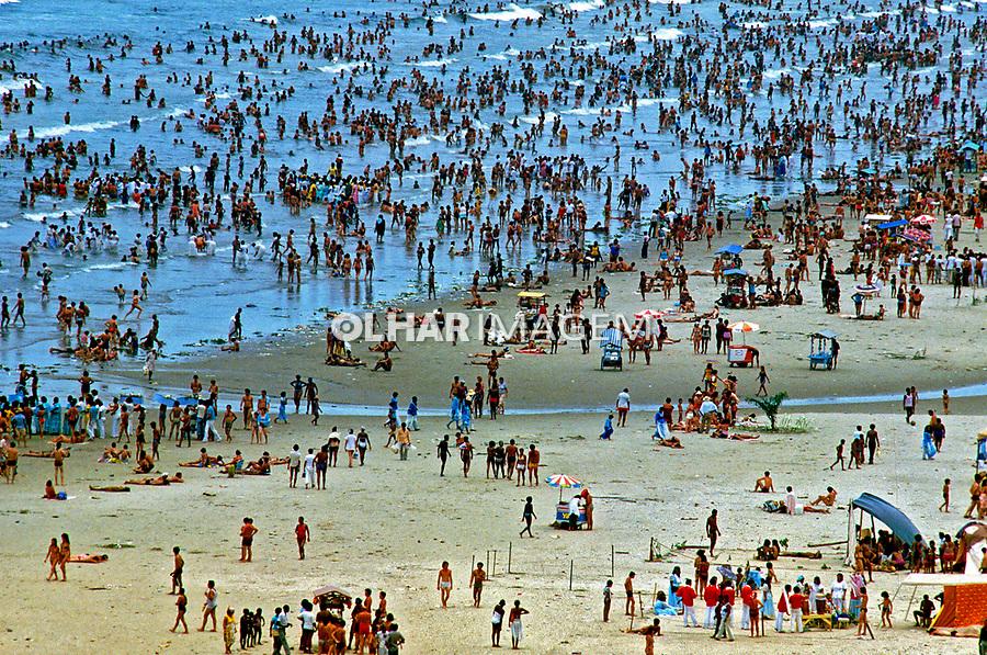 Multidão na Praia Grande, festa de Iemanjá. Santos. São Paulo. 1980. Foto de Juca Martins.