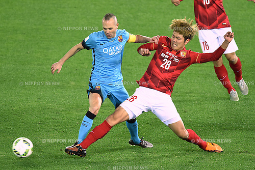 (L-R) Andres Iniesta (Barcelona), Kim Younggwon (Evergrande), <br /> DECEMBER 17, 2015 - Football / Soccer : <br /> FIFA Club World Cup Japan 2015 semi-fina match <br /> between FC Barcelona 3-0 Guangzhou Evergrande <br /> at Yokohama International Stadium, Kanagawa, Japan. <br /> (Photo by AFLO SPORT)
