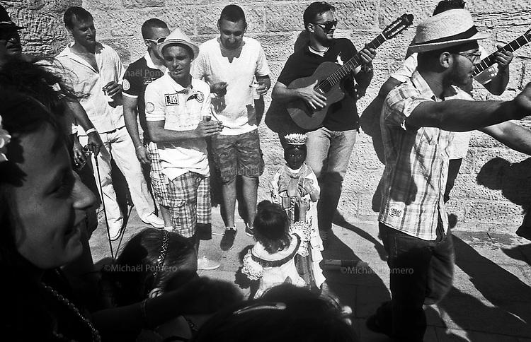 05.2011  Les Saintes Maries de la Mer (Bouche du Rhône)<br /> <br /> Scène de rue pendant la fête des Saintes Maries de la Mer.<br /> <br /> Street scene during gipsy festival of Saintes Maries de la Mer.