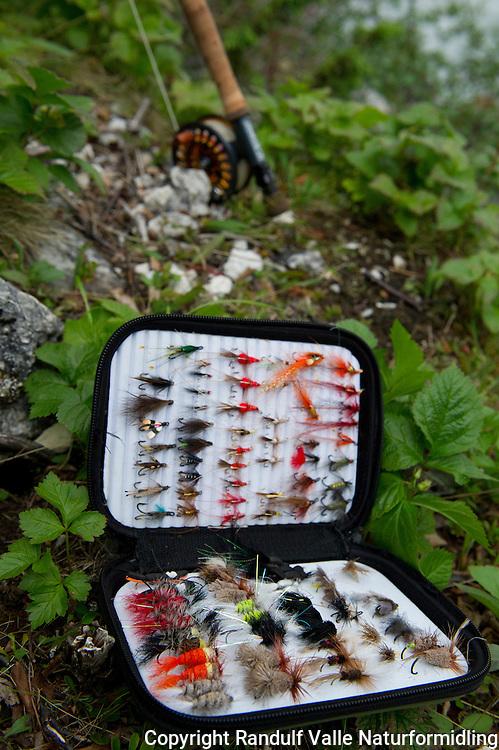 Flueboks med laksefluer. ---- Fly box containing salmon flies.