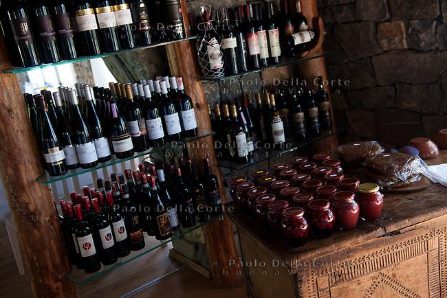 Fishtë (Albania) - Ristorante Mrizi i Zanave. Il ristorante. La selezione di vini che propone Altin.