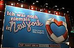 Der S&auml;nger und Komponist Udo J&uuml;rgens ist tot. Er starb bei einem Spaziergang in der Schweiz, wie sein Management mitteilte Archiv aus  St.Pauli - Reeperbahn bei Nacht.<br /> <br /> Streifzug bei Nacht ueber den Kiez von St.Pauli. Operrettenhaus &quot;Ich war noch niemals in New York&quot;.<br /> <br /> <br /> <br /> Foto &copy; nph (nordphoto)<br /> <br /> *** Local Caption ***