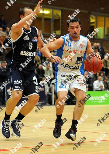2013-10-01 / Basketbal / seizoen 2013-2014 / Kangoeroes Willebroek - Brussels / Gorremans (r. Kangoeroes) met Celis<br /><br />Foto: Mpics.be