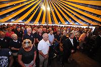 ZEILEN: GROU: Tent Halbertsmaplein, 18-07-2014, Opening SKS skûtsjesilen met loting voor wedstrijden De Veenhoop en Earnewâld, één minuut stilte ter nagedachtenis aan de slachtoffers van de vliegramp MH17 in Oekraïne, ©foto Martin de Jong