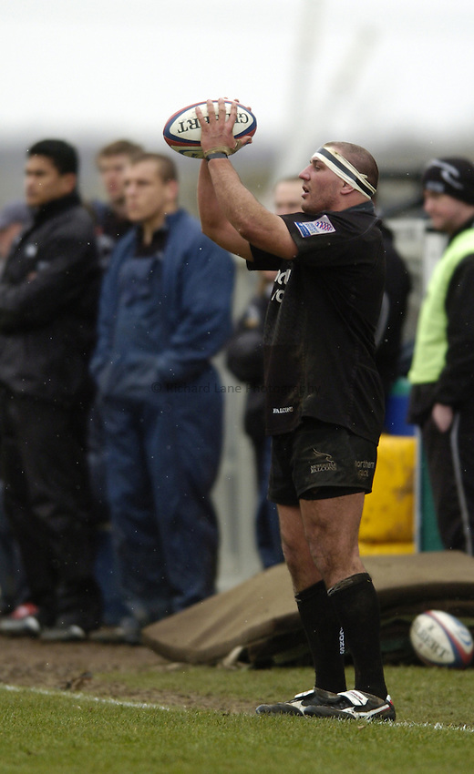Photo. Jed Wee..Newcastle Falcons v Gloucester, Zurich Premiership, 27/02/2005..Newcastle's Andy Long takes a throw in.
