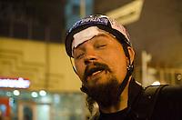 SÃO PAULO, SP,21 DE OUTUBRO DE 2013 - TERCEIRO ATO EDUCACAO - O repórter fotográfico Adriano Lima, ferido na testa, durante o terceiro ato pela educação, pelas ruas do centro da capital, na noite desta segunda feira, 21.  FOTO: ALEXANDRE MOREIRA / BRAZIL PHOTO PRESS