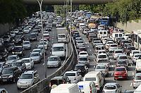 ATENCAO EDITOR: FOTO EMBARGADA PARA VEICULOS INTERNACIONAIS. SAO PAULO, SP, 23 DE NOVEMBRO DE 2012 - Transito pesado na Avenida 23 de Maio, altura do Paraiso, no fim da tarde desta sexta feira, 23..  FOTO: ALEXANDRE MOREIRA - BRAZIL PHOTO PRESS.