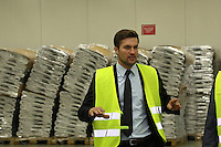 Dominik Metzger erklärt die Vorgehensweisen im pharmazeutichen Kühllager bei DHL
