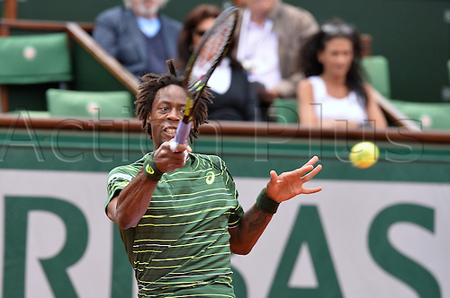 01.06.2015. Roland Garros, Paris, France. Day nine of the 2015 French Open 2015 in Paris, France. Gael Monfils (fra) versus Roger Federer (sui). Federer won in 3 sets 6-3 4-6 6-4 6-1.