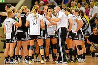 technische Auszeit der Mannschaft vom VFL Oldenburh, Trainer Leszek Krowicki (VFL) gibt Anweisungen