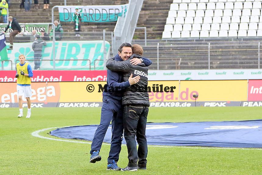 Trainer Dirk Schuster (SV 98) begruesst Trainer Frank Kramer (Fuerth) freundschaftlich - SV Darmstadt 98 vs. SpVgg. Greuther Fuerth, Stadion am Boellenfalltor