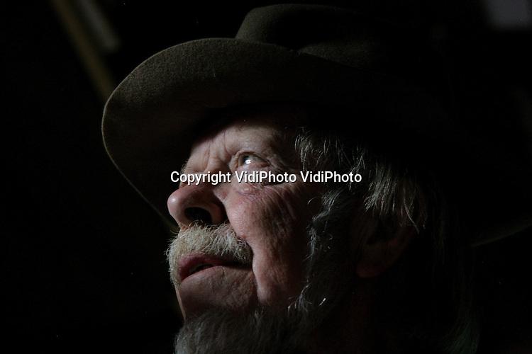 Foto: VidiPhoto<br /> <br /> WAGENINGEN/DE BILT &ndash; In zijn atelier in Wageningen is afgelopen donderdag 5 juni de bekende beeldend kunstenaar Jits Bakker overleden. De internationaal vermaarde beeldhouwer is 76 jaar geworden. Dat heeft zijn familie dinsdag bekend gemaakt. Bakker overleed na een kort en ernstig ziekbed. Jits Bakker had ateliers in Wageningen, De Bilt en in het Zuid-Spaanse M&aacute;laga. De markante beeldhouwer werkte ruim 50 jaar als veelzijdig kunstenaar. Jits Bakker kreeg in de loop der jaren fameuze opdrachten. Zijn werken bevinden zich in vele museale en particuliere collecties in tal van landen, waaronder monumentale beelden in Atlanta, Orlando Florida, Frankfurt Airport, Lissabon, Schiphol Airport, etc. Jits ontmoette tijdens zijn leven veel wereldleiders en prominenten. Ook ons Koningshuis bezit diverse werken van Jits Bakker. Vorig jaar november onthulde prinses Beatrix nog het 6 meter hoge bronzen beeld &ldquo;Circle of Life&rdquo; tijdens de offici&euml;le opening van het Sint Antonius Ziekenhuis Utrecht. Het 6 meter hoge vrijheidsbeeld &quot;We'll meet again&quot; bij het Airborne Museum Hartenstein in Oosterbeek -een geschenk van Jits aan de Britse bevolking- wacht nog op transport naar Londen. De in 1937 in Renkum geboren kunstenaar trouwde twee maal en kreeg vier kinderen. Vlak voor zijn overlijden werd hij nog benoemd tot ereburger van de gemeente Renkum.