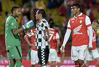 BOGOTÁ -COLOMBIA, 22-03-2014. Robinson Zapata arquero de Santa Fe dialoga con Armando Carrillo (C) de Chicó al terminar el encuentro entre Independiente Santa Fe y Boyacá Chico FC por la fecha 12 de la Liga Postobón  I 2014 disputado en el estadio Nemesio Camacho El Campín de la ciudad de Bogotá./ Robinson Zapata goalkeeper of Santa Fe talks with Armando Carrillo (C) of Chico after the match between Independiente Santa Fe and Boyaca Chico FC for the 12th date of the Postobon  League I 2014 played at Nemesio Camacho El Campin stadium in Bogotá city. Photo: VizzorImage/ Gabriel Aponte / Staff